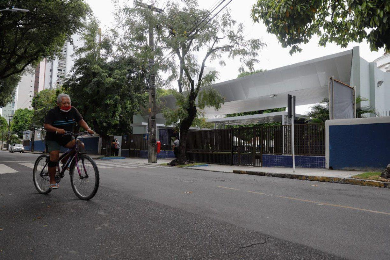 Mesmo após casos de covid-19, pais se sentem seguros em levar filhos para escola particular no Recife