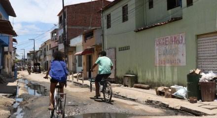 Comunidade de Salinas. Apesar de Porto de Galinhas ser considerada uma das praias mais belas do litoral do Brasil, existe uma periferia enorme no seu entorno, onde famílias vivem em moradias precárias, sem saneamento básico.