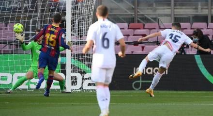 O uruguaio Valverde fez um dos gols do Real Madri, que mostrou estar com um time mais preparado e atropelou o Barcelona no Camp Nou.