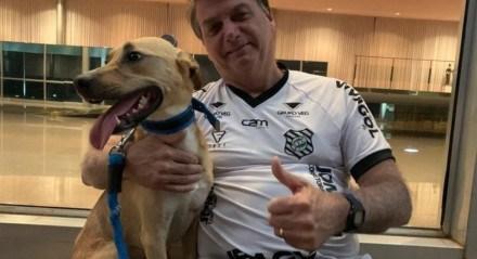 Bolsonaro ao lado do cachorro