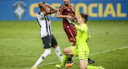 Keno lamenta chance perdida, em mais uma boa intervenção de Luan Polli no 0x0 entre Atlético-MG e Sport