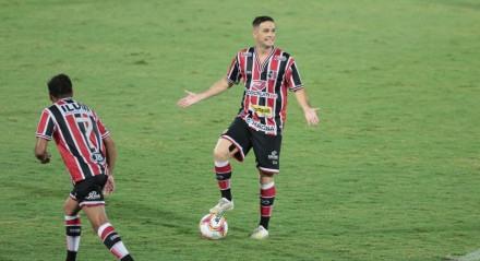 Lance do jogo entre os times do Santa Cruz (PE) e do Botafogo (PB), válido pelo Campeonato Brasileiro de Futebol da série C. Partida realizada no estádio do Arruda em Recife.