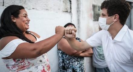 João Campos participa de caminhada nos bairros de Campina do Barreto e Chão de Estrelas