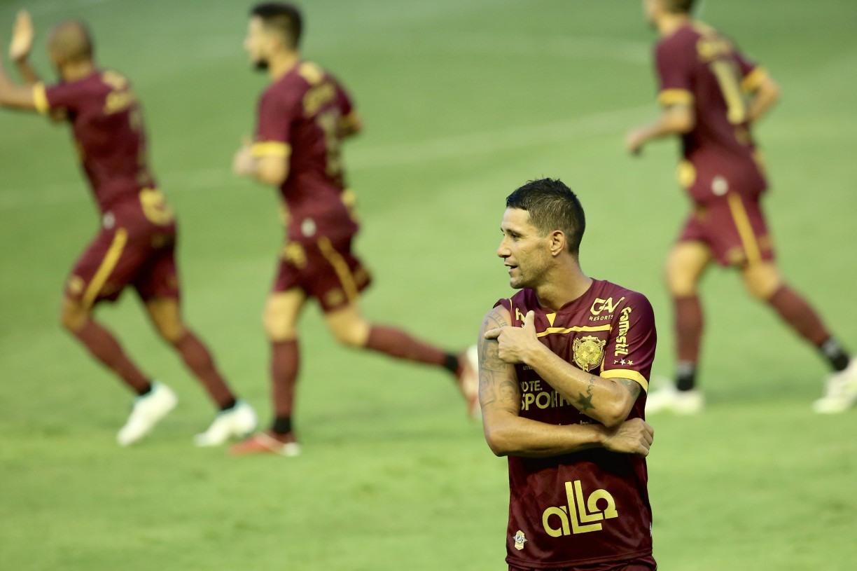Mesmo suspenso, Thiago Neves embarca com Sport rumo ao Rio de Janeiro