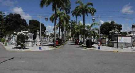 DIA DE FINADOS No maior cemitério do Recife, o de Santo Amaro, área central da cidade, as ruas estavam vazias