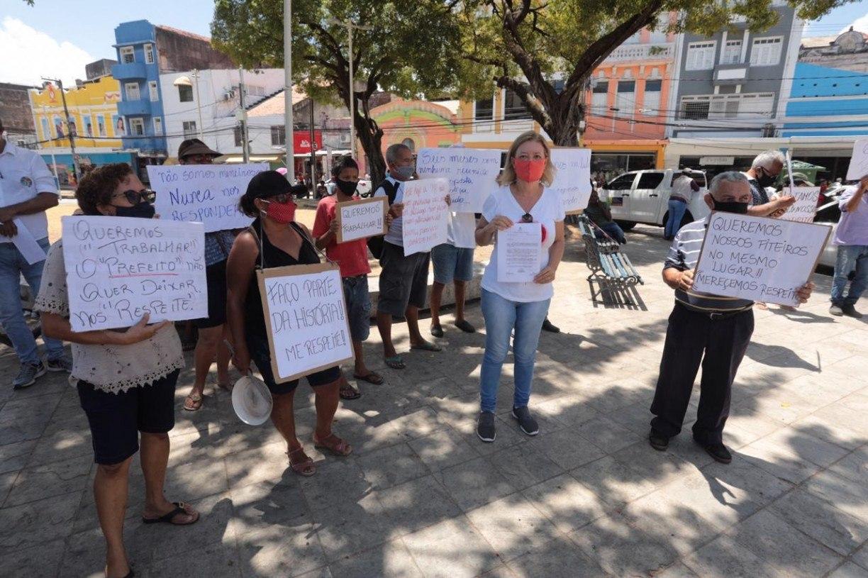 Informais protestam contra retirada de fiteiros do entorno do Mercado de São José, no Recife
