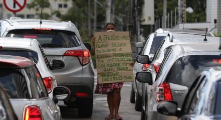 Pedinte num semáforo, na Avenida Beira Rio. Com o aumento da crise econômica, agravada com a Pandemia do coronavírus, dá para ver um aumento significante de moradores de rua no Centro do Recife. Pobreza - miséria - situação de vulnerabilidade