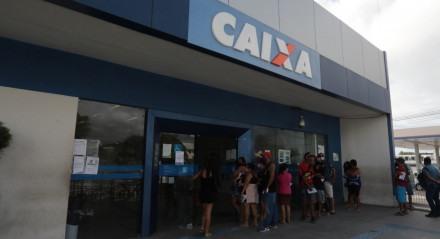 Atendimento aos clientes da Caixa para saques do Auxílio Emergencial e Saque Emergencial neste sábado (14), na agência da Avenida Mascarenhas de Morais