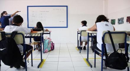 Alunos dos anos iniciais do ensino fundamental voltaram às aulas nesta terça-feira (17)