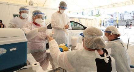 Fila por testes da covid-19 no Geraldão, no Recife.