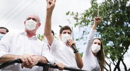 João Campos, candidato a prefeito do Recife, e Ciro Gomes, ex-governador do Ceará, em carreata por bairros da Zona Norte