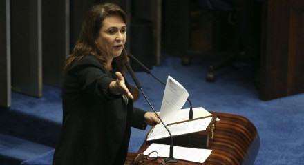 A senadora Kátia Abreu durante sessão plenária para analisar e votar projetos de lei.
