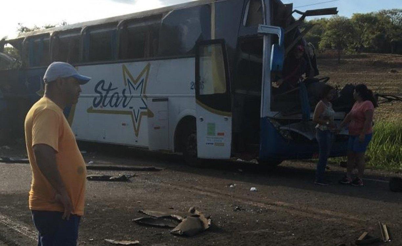 Acidente entre ônibus e caminhão deixa dezenas de mortos e feridos em rodovia de SP