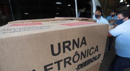 TRE de Pernambuco inicia transporte de urnas eletrônicas para locais de votação.
