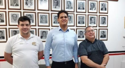 Mário Godoy (E), André Frutuoso (C) e Joaquim Bezerra (D) foram ao Santa Cruz inscrever a chapa Pro Santa na disputa pela presidência do clube