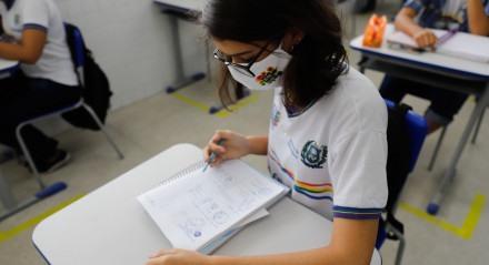 EDUCAÇÃO - Para se preparar para o ENEM Daiane Alves, 18 anos, aluna do 3º do curso técnico em admistração acredita que resolver o maior número de questões é uma boa saída para se sair bem no exame.