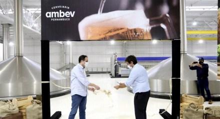 Governador Paulo Câmara e CEO da Ambev na planta da empresa em Itapissuma, Grande Recife