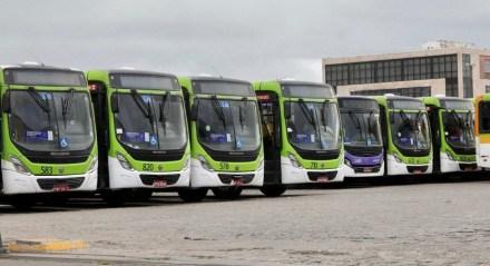 Ônibus da empresa Caxangá ficaram na garante no início da manhã desta quarta-feira (9)