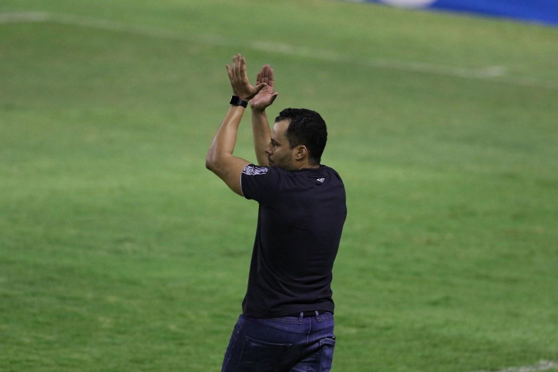 Jair Ventura recebe bilhete de torcedor na entrega do lanche agradecendo permanência do Sport na Série A