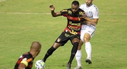 Lance do jogo entre os times do Sport (PE) e Grêmio (RS) válido pelo campeonato brasileiro e futebol da série A 2020. Jogo realizado no estádio da Ilha do Retiro no Recife.