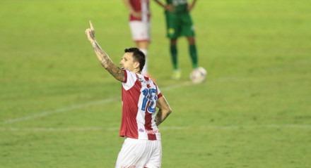 Lance do jogo de futebol entre os times do Náutico e Cuiabá  válido pelo campeonato brasileiro da série B. Partida realizada no estádio dos Aflitos, em Recife.