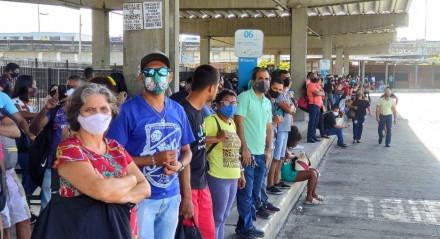 Greve dos rodoviários. Passageiros esperando ônibus no Terminal Integrado de Joana Bezerra, no Recife