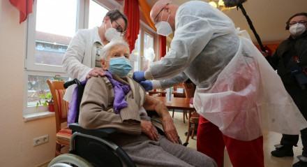 Edith Kwoizalla, 101 anos, foi a primeira pessoa a ser vacinada contra a covid-19 na Alemanha