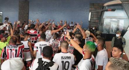 Chegada do time do Santa Cruz após vitória contra o Ituano no quadrangular do acesso à série B no Aeroporto Internacional dos Guararapes em Recife,Pernambuco.