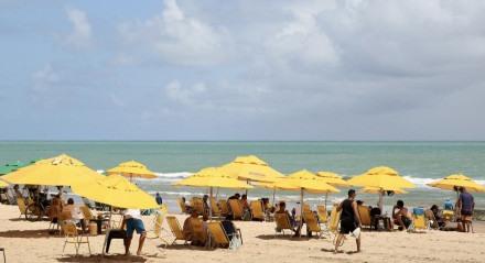 31.12.2020 - PRAIA -BOA VIAGEM - Movimentação das praias para este feriado de Ano Novo. Fotos : Brenda Alcântara/JC Imagem