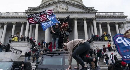 Polícia tenta proteger capitólio, nos Estados UNidos. Local foi invadido por manifestantes pró Donald Trump, que não aceitam a derrota nas urnas