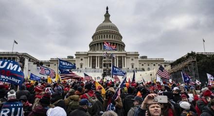Manifestantes apoiadores de Trump invadem o Capitólio para paralisar sessão que ratificava a vitória de Joe Biden nas eleições dos Estados Unidos