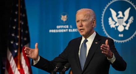 """O presidente eleito dos EUA, Joe Biden, fala no teatro The Queen em Wilmington, Delaware, em 7 de janeiro de 2021, para anunciar os principais indicados para o Departamento de Justiça. O presidente eleito dos EUA, Joe Biden, classificou os protestos no Capitólio como um dos """"dias mais sombrios"""" da história dos EUA."""
