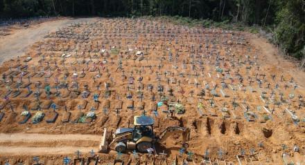AM - COVID19/MANAUS - GERAL Enterros de Covid-19 na manhã desta quarta-feira (6), no cemitério Nossa Senhora Aparecida em Manaus (AM).   Foto: SANDRO PEREIRA/FOTOARENA/ESTADÃO CONTEÚDO