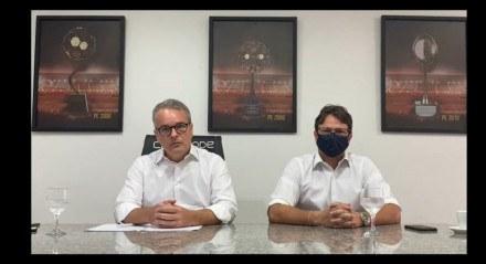 O presidente do Sport, Carlos Frederico (esquerda), acompanhado do diretor de futebol Augusto Caldas (direita), fez um pronunciamento no canal oficial do clube no YouTube para falar sobre problemas com a arbitragem.