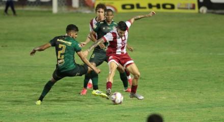 Lance no jogo de futebol entre os times do Náutico e America válido pelo campeonato brasileiro da série B. Partida realizada no estádio dos Aflitos, em Recife (PE), nesta terça - feira  (12).
