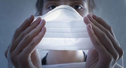 Uso de máscara para proteção contra o novo coronavírus.
