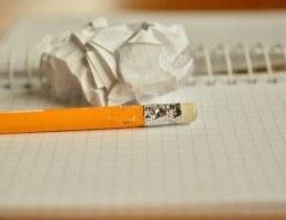 Caderno em branco, lápis, papel amassado