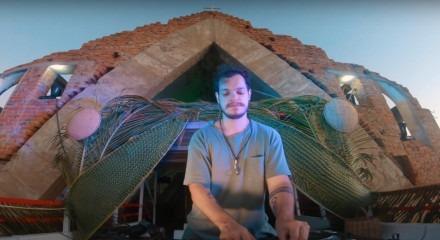 Bhaskar tocou por mais de três horas nas ruínas da Igreja do Sagrado Coração de Jesus, em Petrolândia
