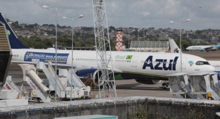 Avião da Azul no Recife que vai buscar doses da vacina contra covid-19 na Índia