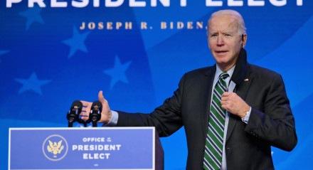 Joe Biden durante cerimônia de apresentação da equipe científica em Wilmington, Delaware, no sábado (16)