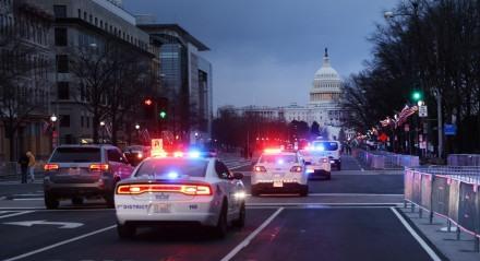 Policiais fazem segurança em rua que leva ao Capitólio em Washington, nos EUA