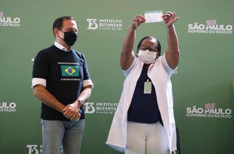 Bolsonaro perdeu guerra política que criou, mas desafio da vacinação continua