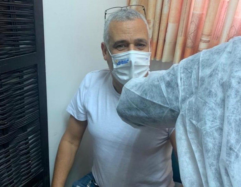 Pernambucano toma segunda dose da vacina contra a covid-19 em Israel: