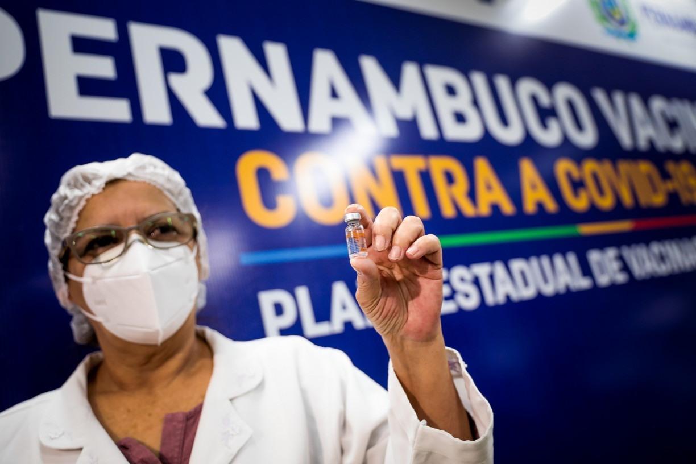 Após 210 mil mortes, Brasil ainda negocia compra de vacinas para covid-19