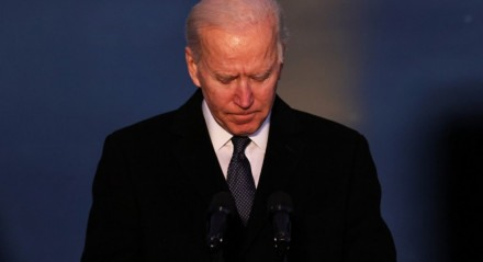 O presidente eleito Joe Biden faz uma pausa enquanto fala em um memorial para as vítimas da pandemia do coronavírus (covid-19) no Lincoln Memorial na véspera da posse presidencial