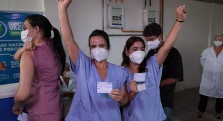 Vacinação para profissionais de saúde da linha de frente contra a covid-19 no Hospital de Campanha da Rua da Aurora, no Centro do Recife