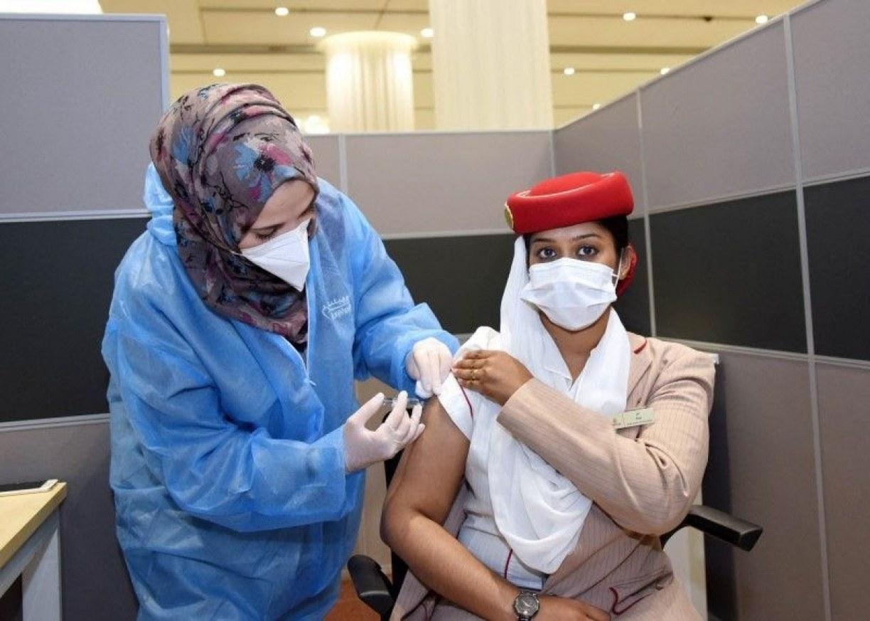 Funcionários da Emirates são uns dos primeiros do mundo a contar com programa interno de vacinação contra covid-19