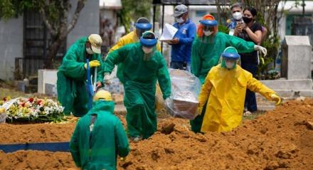 As vidas perdidas para a pandemia do novo coronavírus subiram para 212.831