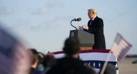 Donald Trump fala aos convidados na Joint Base Andrews em Maryland em 20 de janeiro de 2021
