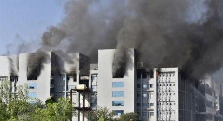Incêndio em prédios do Instituto Serum, na cidade de Pune, na Índia, em 21 de janeiro de 2021